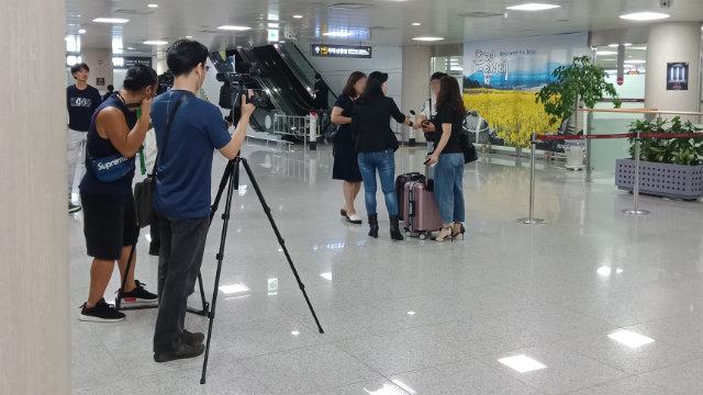O Myung-ok preleva all'aeroporto i parenti dei fedeli della CDO provenienti dalla Cina continentale e organizza un servizio fotografico per i media
