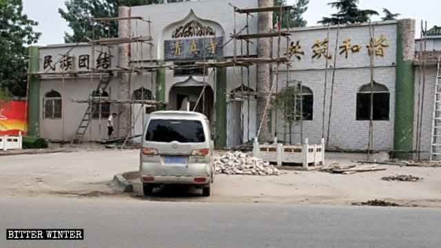 Le colonne e le cupole all'ingresso della moschea sono state demolite