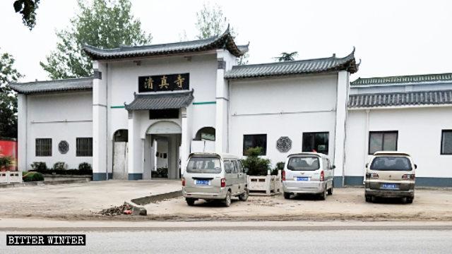Tutti i simboli islamici sono stati rimossi, sia all'interno sia all'esterno della moschea