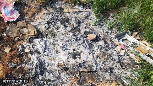 Le ceneri rimaste dopo che la statua della Vergine Maria è stata bruciata