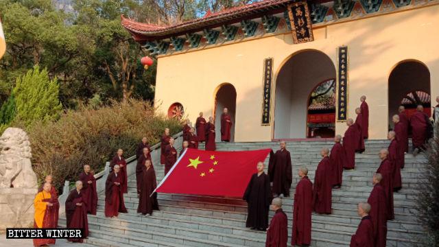 Il 1° ottobre i fedeli del tempio Wanshan hanno preso parte alla cerimonia dell'alzabandiera