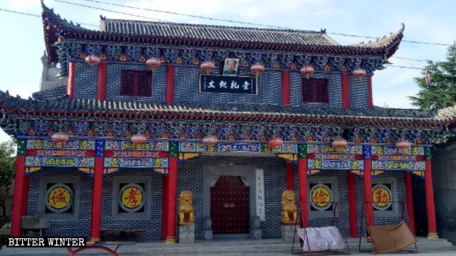 L'insegna «Auditorium culturale» e il ritratto di Mao Zedong sono ora esposti sopra l'ingresso della sala degli antenati della famiglia Jin.