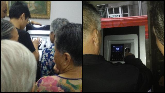 Anziani fedeli fanno la fila per il rilevamento delle impronte digitali