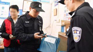 Agenti di polizia esaminano i pacchi utilizzando un'applicazione mobile