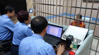 La polizia durante un interrogatorio in un centro di detenzione dello Shanxi