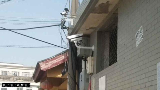 Una telecamera di sorveglianza, con riconoscimento facciale, è stata installata presso un tempio, seguendo la direttiva del PCC di avere telecamere in ogni edificio religioso.