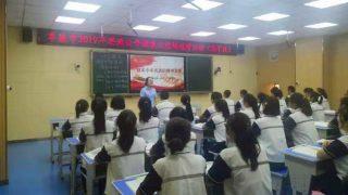 Un corso di ideologia e politica in una scuola media a Fukang, nello Xinjiang