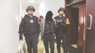 Gli agenti di pubblica sicurezza stanno arrestando e scortando un prigioniero nella stanza degli interrogatori