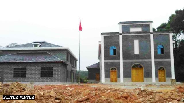 I caratteri cinesi che formano il nome della chiesa sono stati coperti con la vernice