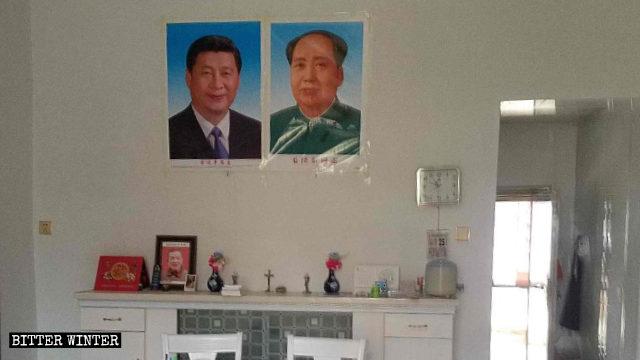 I ritratti di Xi Jinping e di Mao Zedong sono stati esposti in una sala per riunioni usata dai cattolici, nella contea di Poyang
