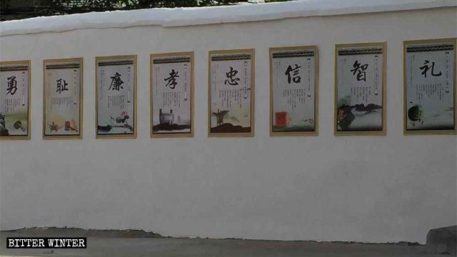 Slogan che promuovono la cultura confuciana appesi ai muri della cattedrale di san Giuseppe