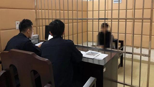 Gli agenti di polizia interrogano un detenuto