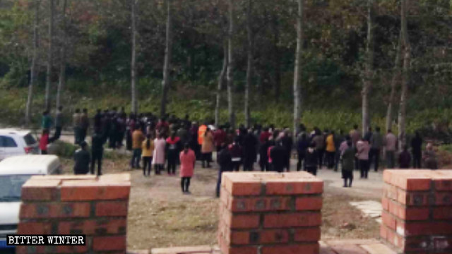 Fedeli cattolici riuniti ai piedi del monte di Nostra Signora, il 1° novembre