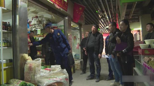 I funzionari del governo dello Xinjiang ispezionano i negozi
