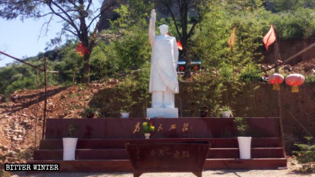 Incenso e inchini per Mao e Xi Jinping