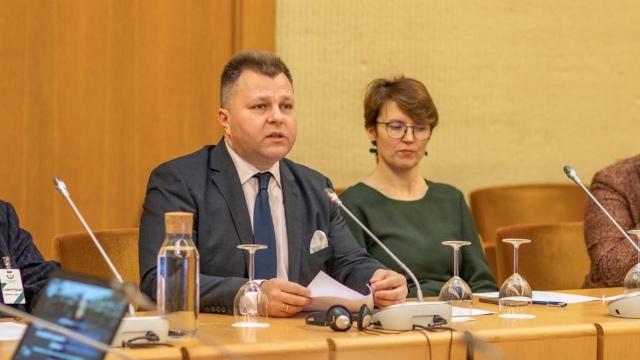 Il deputato Mantas Adomėnas conclude il dibattito. A sinistra il ricercatore Juozapas Bagdonas