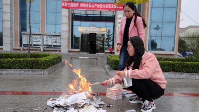 Il rogo dei libri nella provincia del Gansu