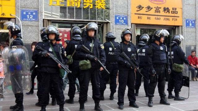 Polizia speciale in una strada del Xinjiang