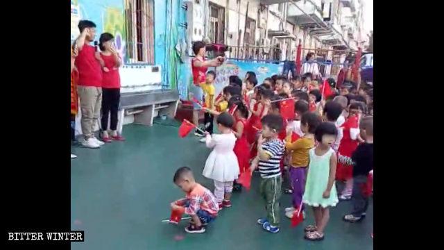 I bambini della scuola materna giurano fedeltà alla patria