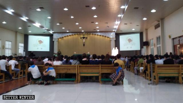 I fedeli della comunità raccolti nella chiesa Haiyan nel distretto di Jin'an a Fuqing