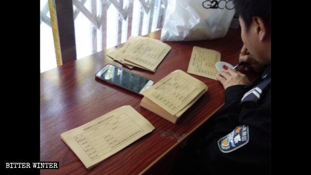 Agenti di polizia compilano il «Modulo informativo personale per il database del DNA» in un punto di prelievo dei campioni di sangue
