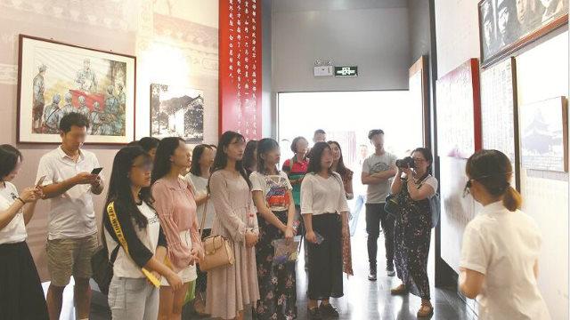 Un'università in Cina organizza una visita per gli studenti a una base dell'educazione rossa, parte del corso politico e ideologico