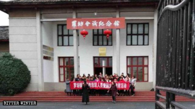 La comunità di una chiesa delle Tre Autonomie all'esterno del Luofang Meeting Memorial Museum