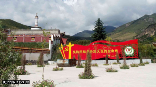 Un grosso tabellone propagandistico esposto fuori del tempio Youning nella provincia del Qinghai riporta varie citazioni tratte da un discorso di Xi Jinping