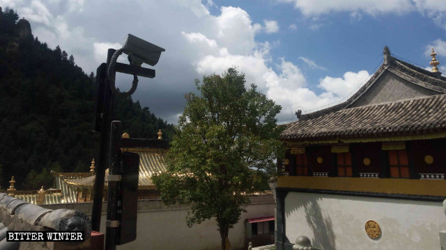 Telecamere di sorveglianza sono state installate anche nel cortile del tempio