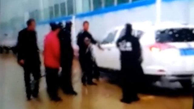 La polizia SWAT mentre arresta i fedeli dei Discepoli