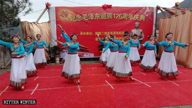 Il 26 dicembre gli abitanti della città di Shangrao hanno partecipato alle celebrazioni per il compleanno del presidente Mao