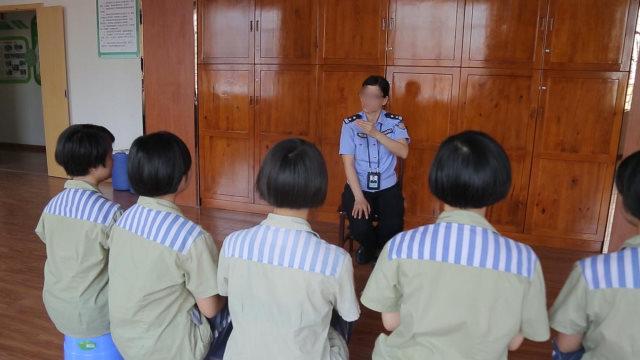 Una guardia carceraria indottrina le detenute