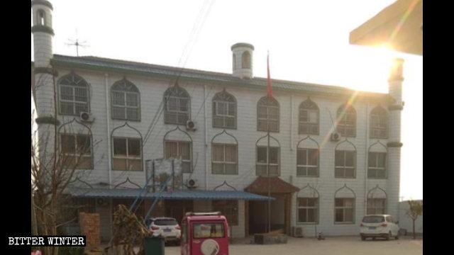 I simboli della mezzaluna che ornavano i tre pilastri dell'edificio della scuola araba sono stati rimossi