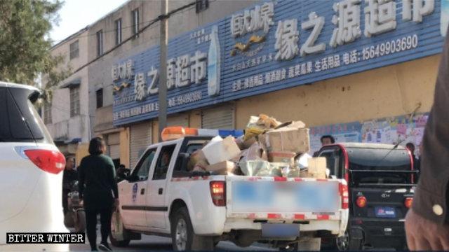 I libri sequestrati vengono portati via dal Tempio della Guanyin