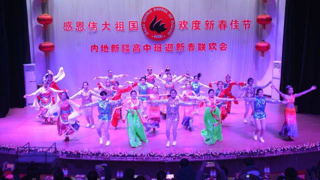 Studenti originari dello Xinjiang che frequentano la scuola media n. 14 nella città di Harbin durante uno spettacolo per festeggiare il nuovo anno