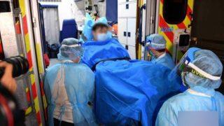 Personale medico di Hong Kong trasferisce un paziente