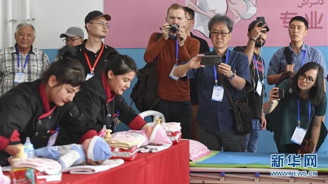 giornalisti dei canali cinesi e stranieri intervistano i detenuti