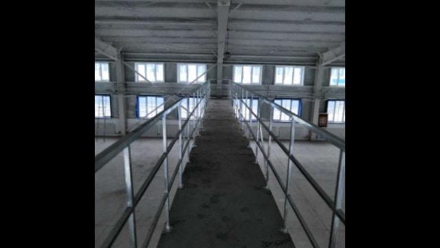 Dentro a una fabbrica di uno dei campi