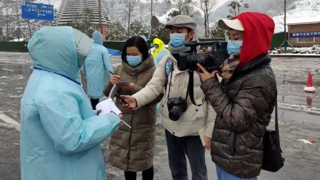 Giornalisti al lavoro nel corso dell'epidemia