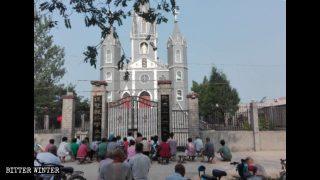 I cattolici pregano fuori dalle chiese chiuse