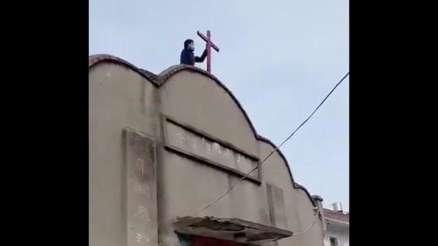 La croce è stata rimossa