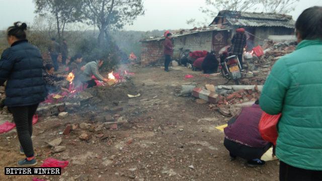 fedeli continuano a bruciare incenso sul luogo