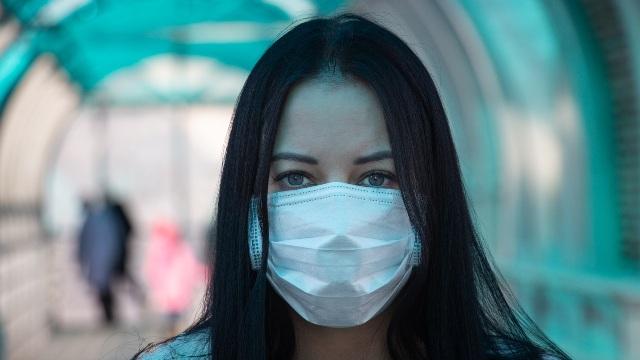 ragazza in maschera coronavirus