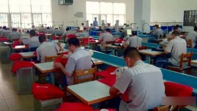 Prigionieri che lavorano in prigione