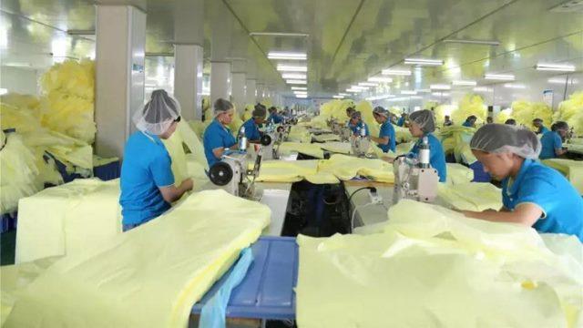 Uiguri al lavoro in una fabbrica