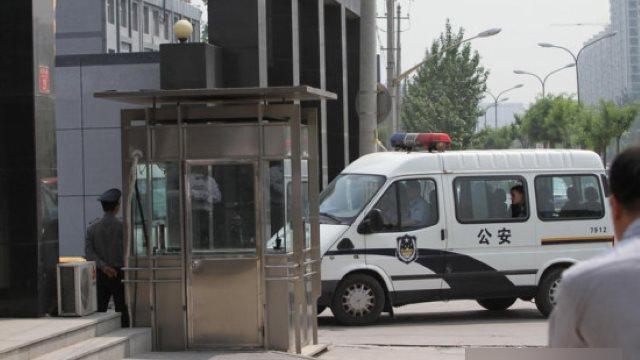 La polizia scorta gli arrestati
