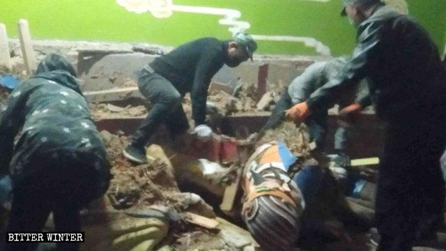 amministrazione locale demoliscono le statue