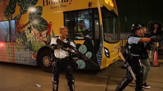 A Hong Kong la polizia si prepara ad agire