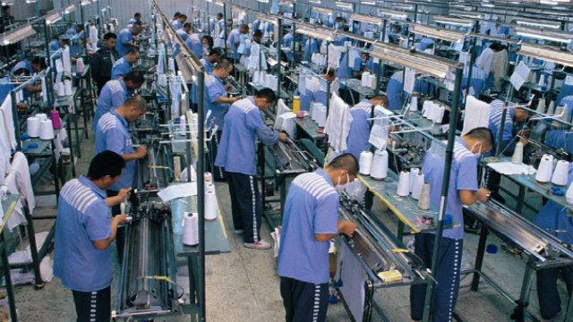 Detenuti al lavoro nello stabilimento tessile di una prigione