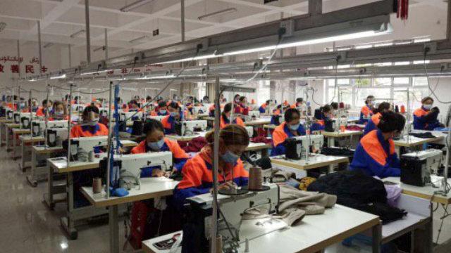 Donne uigure lavorano in una fabbrica